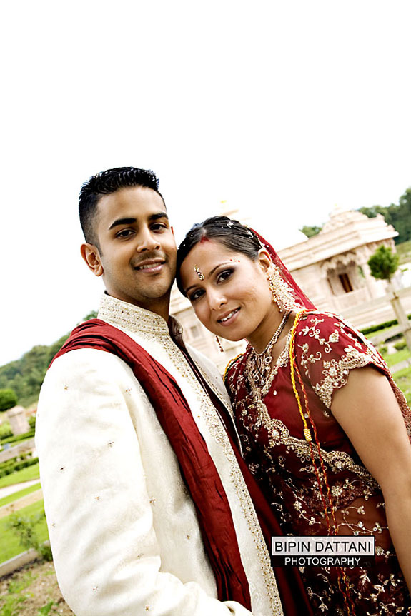 bride and groom portrait at Oshwal derasar