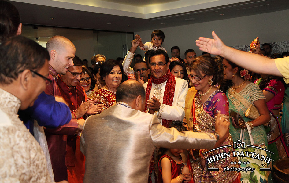 Best asian photos by Hindu wedding photographer Bipin Dattani