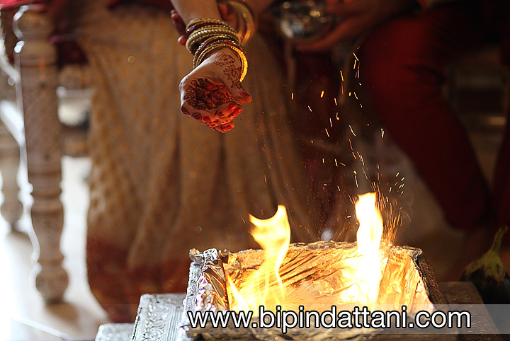 bride and groom performing the agni ceremony during indian wedding