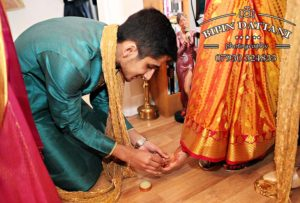 putting on of toe ring on tamil bride by brother
